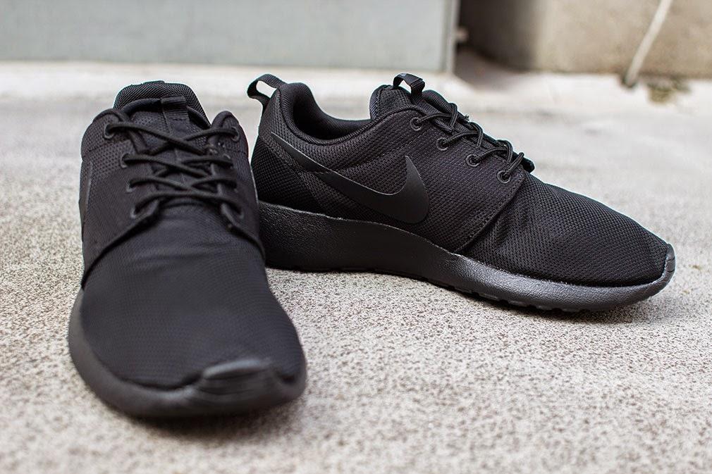 Sneakers nike hitam